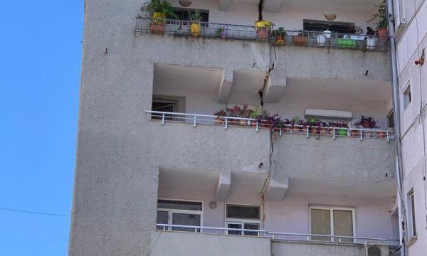 Lëkundjet nga tërmeti, çahet në mes pallati në Durrës