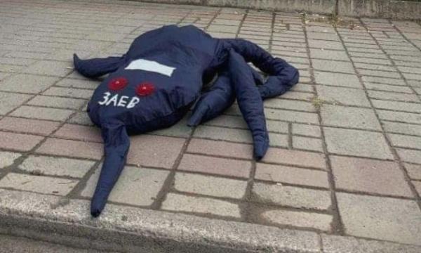 """Një """"Oktapod"""" me mbishkrimin Zaev vendoset para Qeverisë"""