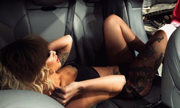 Daffy vjen me një skenë seksi nga vetura (FOTO)