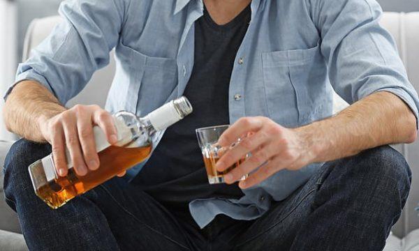 Meshkujt duhet të ndalojnë së konsumuari alkool 6 muaj para se të planifikojnë të bëhen prindër
