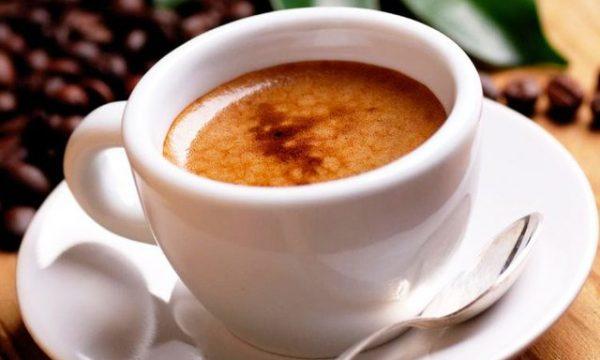 Konsumoni kafe pa ngrënë? Gabimi i frikshëm që bëjnë shqiptarët