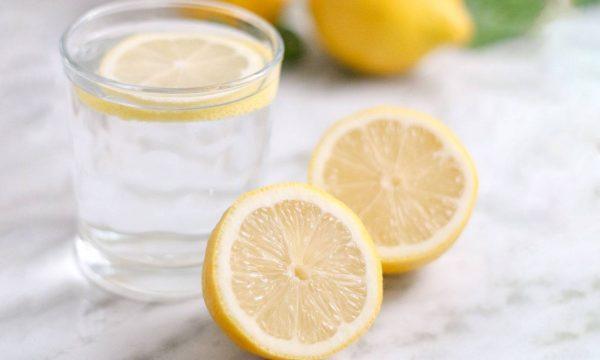 Arsyeja se pse duhet ta nisni ditën me një gotë ujë të ngrohtë me limon