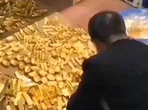 Policia bastisi shtëpinë e kryetarit, gjeti 13.5 ton ar dhe 37 miliardë dollarë para të gatshme (VIDEO)