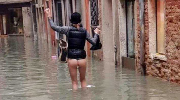 Duket se pavarësisht situatës së vështirë, njerëzit kanë gjetur forcën të bëjnë edhe humor në Venecia.  Një foto është bërë simbol i kësaj situatë të vështirë, ku një grua shfaqet në mes të ujit dhe për të mos prishur pantallonat dhe çizmet vendos ti heq ato duke kaluar ujin vetëm me mbathje.  Një fotoreporter e ka fotografuar dhe kjo foto është bërë virale.  Niveli i ujit në Venecia preku 187 centimetra në orën 22:50 të së martës, niveli i dytë më i lartë historik pas përmbytjes me 194 cm në 1966.  Administrata komunale ka vendosur ta mbyllë çerdhet dhe kopshtet e fëmijëve në qytet dhe në ishujt e Lagunës. Tre autobusë uji u mbytën ndërsa ishin të ankoruar në Sant'Elena, gondolat u shkëputën nga limanet, një zjarr goditi një kabinë elektrike pranë muzeut Ca 'Pesaro.  Si pasojë e motit të keq dy njerëz humbën jetën në Pellestrina. /albeu.com/.