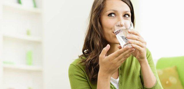 Dieta japoneze e ujit; ja pse funskionon për të rënë në peshë