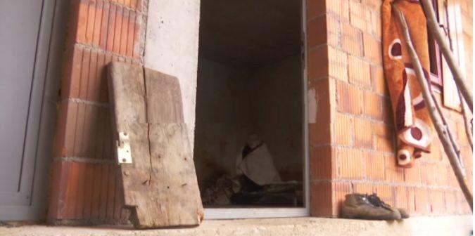 Prej 18 vitesh familja e mban në zinxhir Minirin nga Kaçaniku, u sëmur për shkak të masakrave serbe (VIDEO)