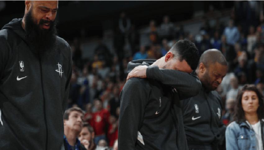 Tronditje e trishtim: Basketbollistët para ndeshjes qajnë me zë e derdhin lot si lum për Kobe-in (VIDEO)