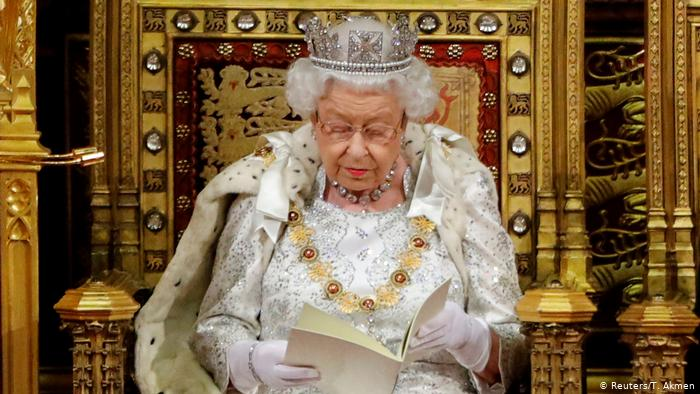 Mbretëresha Elizabeth nënshkruan ligjin, përfundimisht Britania largohet nga BE-ja