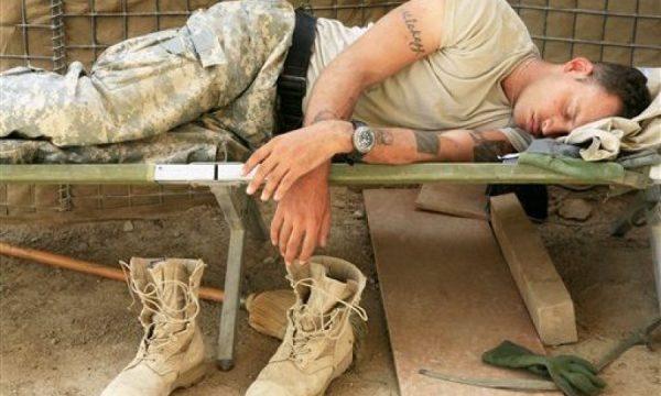 Teknikë ushtarake për personat që kanë probleme me gjumin: Do të flini për 2 minuta