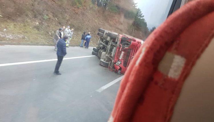 Rrokulliset kamioni në autostradën Tetovë-Shkup (foto)