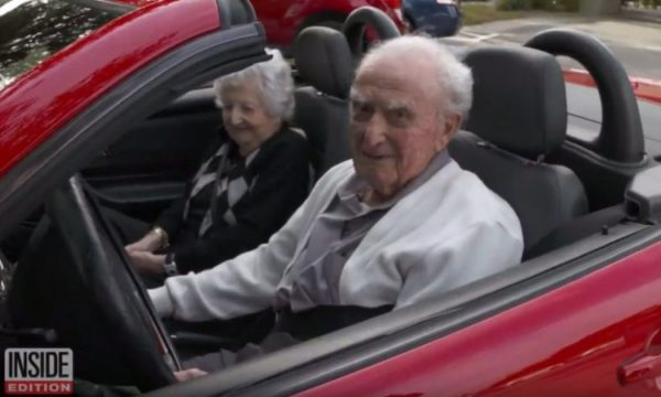 107 vjeçari që ende vozit Mercedesin e tij me të fejuarën 100 vjeçare