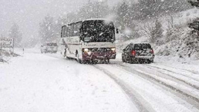Për shkak të reshjeve të borës ndalohet komunikacioni për kamionët në rrugën Mavrovë-Dibër