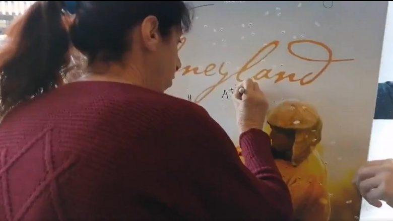 Hatixheja nga 'Honeyland' jep autograf në Hollywood