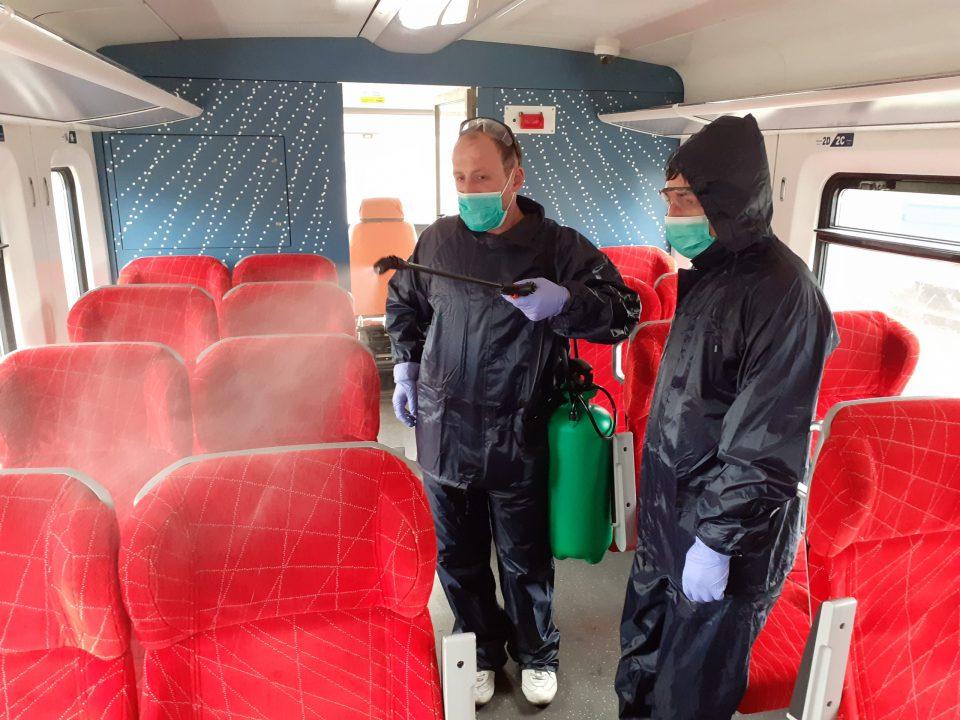 Trenat e udhëtarëve dezinfektohen kuzndër virusit Korona
