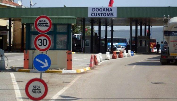 Shqipëria ndalon hyrjen për të gjithë shtetasit dhe veturat nga Kosova