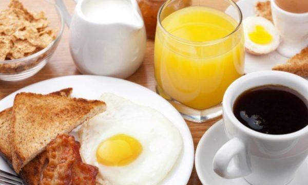 Qumësht apo lëng portokalli në mëngjes, cilin duhet ta konsumoni