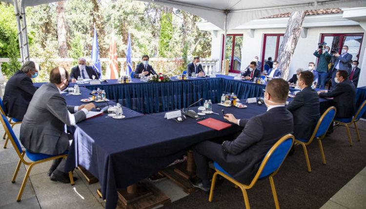 Në ambient të hapur dhe me maska po debatojnë liderët e partive politike, Xhaferi, Spasovski dhe Pendarovski për termin të ri të zgjedhjeve