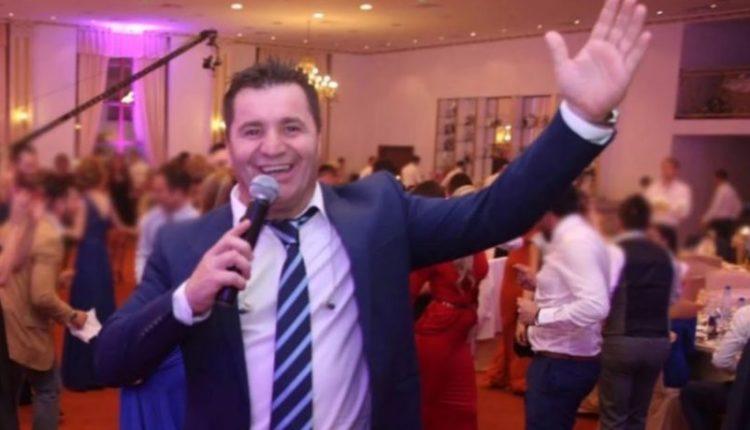 Dasmat nuk kanë të ndalur, Afrim Muçiqi këndon në oborrin e një shtëpie