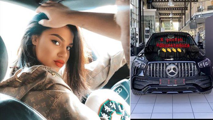 Dhurata Dora e gëzon veten me një veturë luksoze të tipit 'Mercedes'