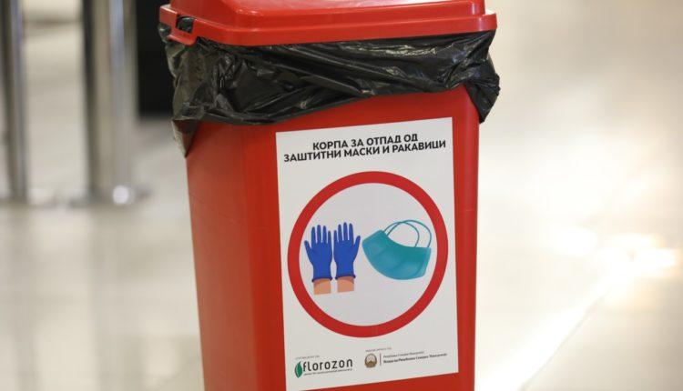 Enë të posaçme për mbeturinat e pajisjeve mbrojtëse vendosen në disa lokacione në vend