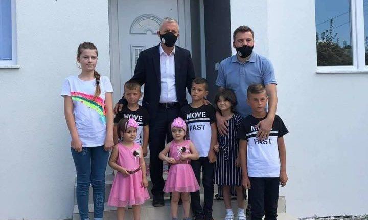 Shtatë fëmijët jetimë nga Haraçina u bënë me shtëpi të re