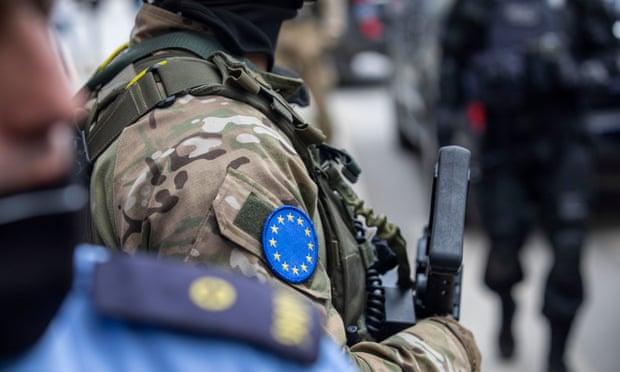 The Guardian: Fillimi i arrestimeve nga Gjykata Speciale mund të ketë efekte në marrëdhëniet Kosovë-Serbi