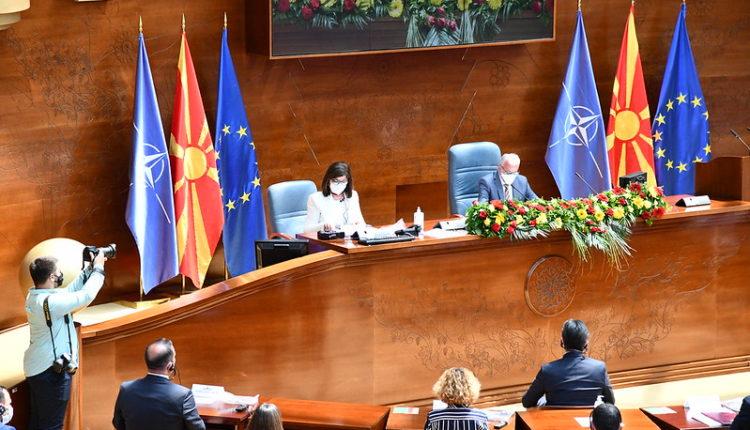 Kuvendi sjell vendim: Mbajtja e maskës në ambient të hapur e detyrueshme