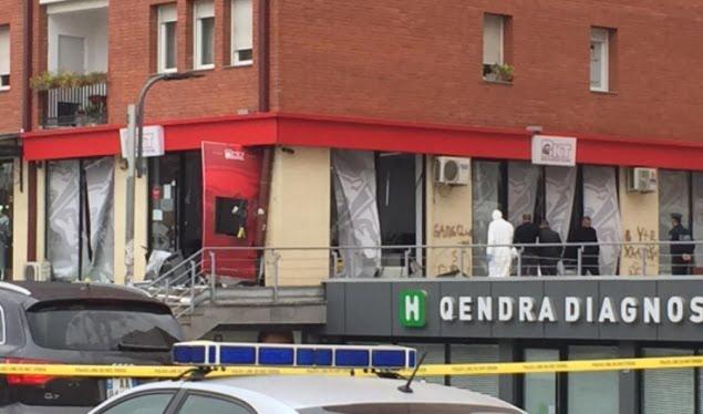"""Eksploziv e të shtëna me armë zjarri në Prishtinë, pamje pas grabitjes së bankës te Rruga """"B"""""""