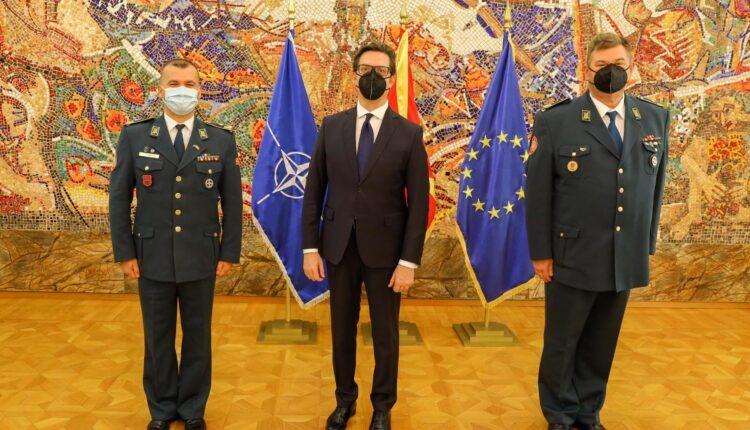 Presidenti Pendarovski, i jep gradën gjeneral brigadieri Besnik Eminit
