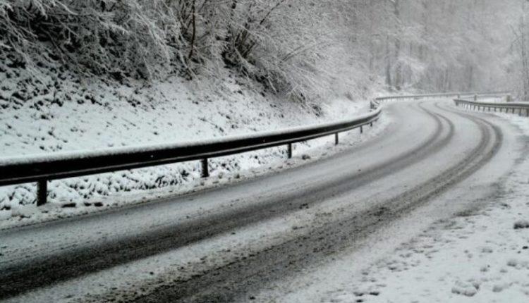 Reshjet e borës, ndalohet lëvizja e automjeteve të rënda në rrugën Tetovë-Kodra e Diellit