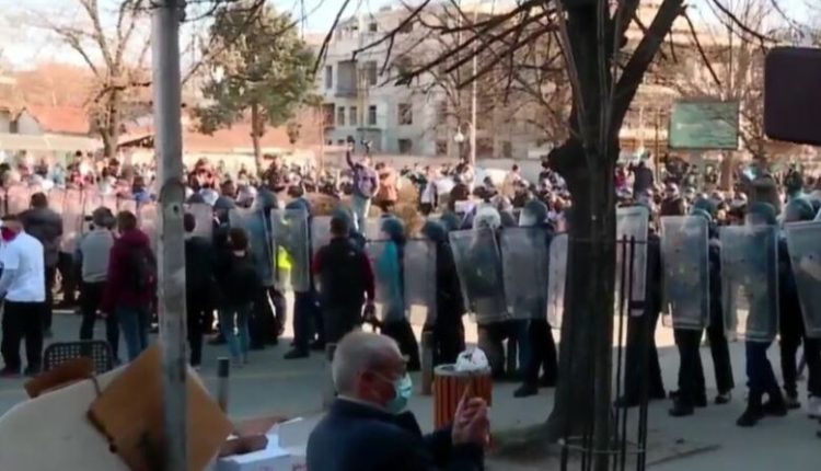 Policia i bllokon rrugën protestuesve tek Mavrovasja, organizatorët bëjnë thirrje për qetësi