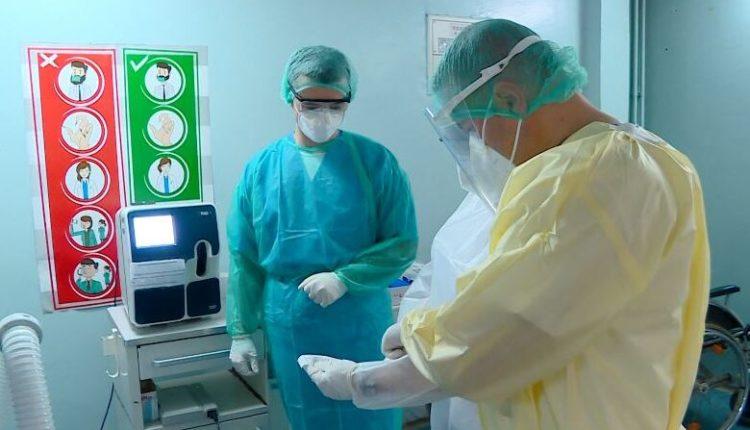 """Numri i përgjithshëm i pacientëve pozitivë dhe të dyshuar me koronavirus që trajtohen në departamentet infektive në kryeqytet dhe në spitalet në të gjithë vendin është 1147 dhe ka rreth 740 shtretër të lirë spitalorë në kovid qendrën, kumtoi sot Ministria e Shëndetësisë.  Më 24 orët e kaluara në kovid-qendrat në Shkup janë hospitalizuar 24 pacientë të rinj për shkak të komplikimeve nga koronavirusi, me ç'rast në repartet infektive në kryeqytet gjithsej mjekohen 473 persona të dyshuar dhe të konfirmuar për Kovid-19. Pjesa më e madhe e tye janë në mbështetje oksigjeni.  """"Në 24 orët e fundit, ka pasur 13 pranime në Klinikat interne dhe kirurgjike. Në kovid qendrën në SPQ 8 shtatori kishte 4 pacientë të pranuar në dhe 6 u pranuan dje në Klinikën e Sëmundjeve Infektive. Në Kozle nuk janë pranuar pacientë të sëmurë, as në Klinikën për Sëmundjet e Fëmijëve. Gjithashtu nuk kishte pranime në Institutin e Mjekësisë Fizike, theksohet në kumtesë.  Në 24 orët e kaluara, 26 pacientë të shëruar janë lëshuar në shtëpi.  """"Aktualisht në kovid qendrat në Klinikat interne dhe kirurgjike mjekohen 195 pacientë. """"Në SPQ """"8 Shtatori"""" ka gjithsej 113 të sëmurë, ndërsa në Klinikën për sëmundje infective 125 pacientë, ndërsa në Institutin për sëmundje të mushkërive në Kozle ka 14 pacientë. Në Klinikën për sëmundje të fëmijëve ka tre fëmijë pozitivë me kovid-19 dhe 2 nëna, ndërsa në GAK ka tre paciente pozitive. Në Institutin për mjekësi fizikale dhe rehabilitim ka 19 të sëmurë"""", informojnë nga MSH-ja.  Ministria potencon se numri i pranimeve në ditët e kaluara është duke u zvogëluar dhe sot deri në orën 8 të mëngjesit kishte 280 vende të lira, ndërsa pritet që gjatë ditës pas ekzaminimeve të pacientëve të rikuperuar, të shtohen vende të lira.  Në 24 orët e kaluara, në qendrat e kovid në spitalet në të gjithë vendin jashtë Shkupit, është raportuar se mjekohen gjithsej 674 pacientë pozitivë dhe të dyshuar për koronavirus.  """"Sipas raporteve të spitaleve që vijnë në Ministrinë e Shëndetësisë në b"""