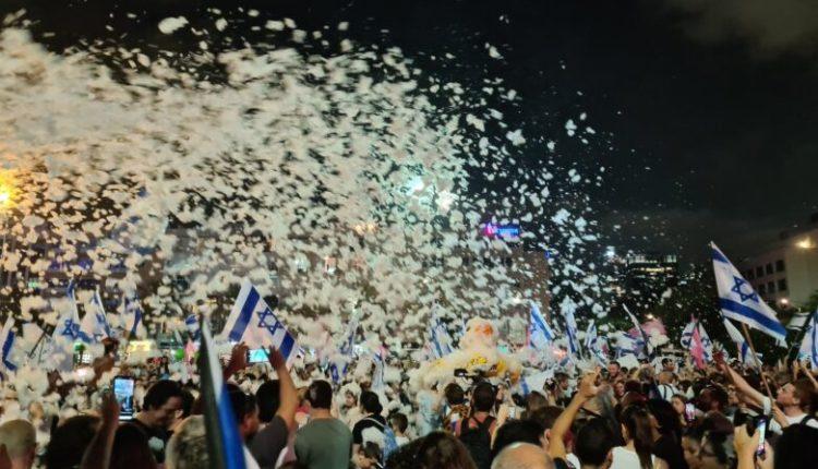 Festë në Tel Aviv pas rrëzimit të Netanyahut nga pushteti (VIDEO)