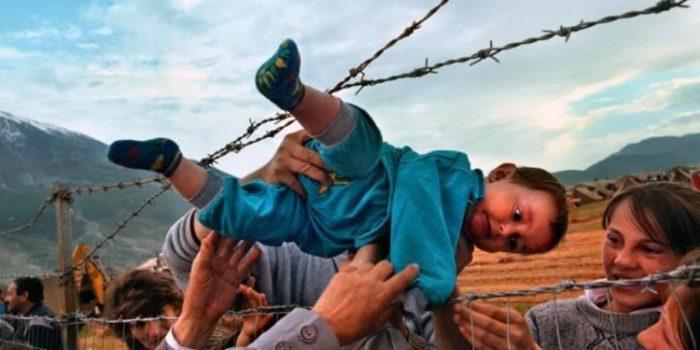 Ky është Agimi që u fotografua gjatë luftës në Kosovë teksa kalonte përmes gardhit me gjemba