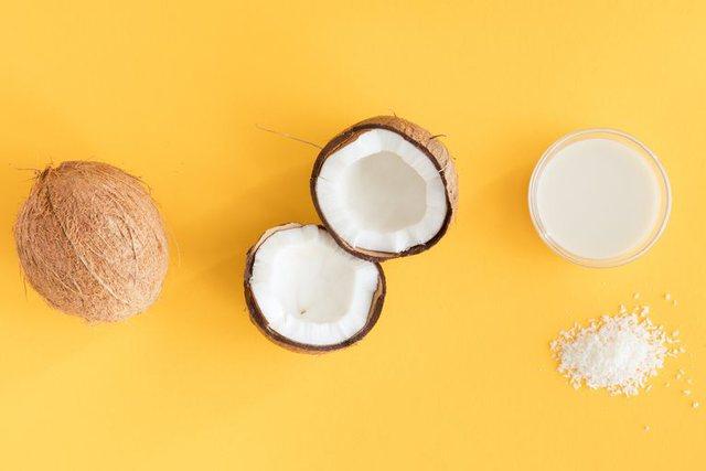 Qumështi i kokosit nr.1 për vetitë e tij kozmetike; 4 mënyrat e përdorimit në shtëpi