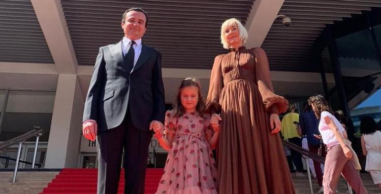 Zëdhënësja e Qeverisë: Vajza dhe gruaja e Kurtit i huazuan fustanet, do u kthehen kreatoreve