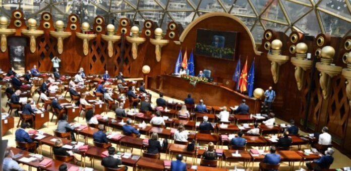 Pushteti dhe opozita përplasen në Kuvend për ndarjen e buxhetit