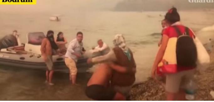 Pamje të reja tmerri, shihni si nxitojnë turistët të hipin në skafe për t'i shpëtuar zjarrit në Turqi (Video)