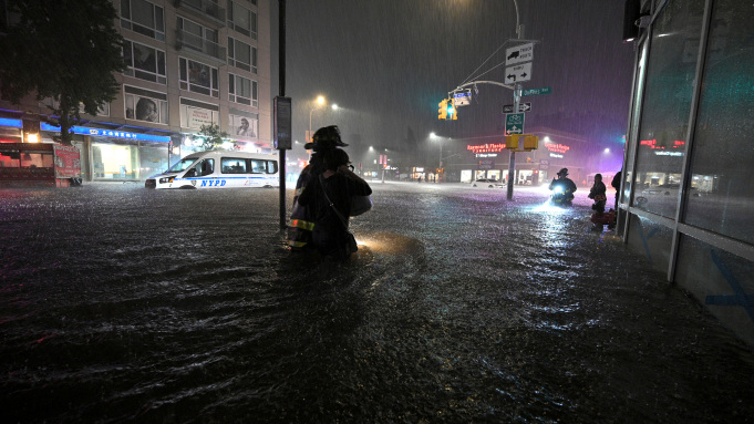 SHBA: 14 të vdekur për shkak të përmbytjeve nga shirat e rrëmbyeshëm (VIDEO)