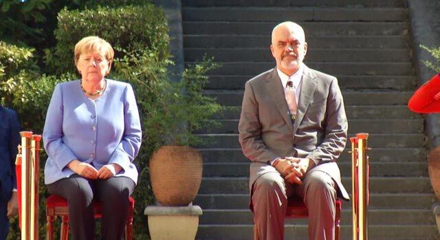 Pse u ulën në karrige, Merkel dhe Rama gjatë himnit? Zbulohet arsyeja e këtij vendimi (Foto)