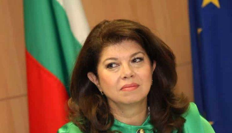 """Bullgari vazhdon të jetë nën presion të fortë evropian që të heqë dorë nga vetoja e saj në negociatat për anëtarësim të Maqedonisë së Veriut në BE, deklaroi nënpresidentja bullgare Ilijana Jotova për radion kombëtare bullgare.  Në të njëjtën kohë, sipas saj, BE-ja ka një mirëkuptim më të madh për kërkesat e Sofjes ndaj Shkupit, kryesisht lidhur me të drejtat e njerëzve me identitetit bullgar.  Nënpresidentja theksoi disa opsione për kërkesat e Bullgarisë të bëhen pjesë nga korniza e negociatave midis BE-së dhe Maqedonisë së Veriut.  """"Nëse ka kushte që i vendosëm të jenë në kapitullin e parë, apo do të shkruhen dhe do të zgjasin si një fije e kuqe në të gjithë procesin e negociatave, apo përfundimisht do të përcaktohen veçanërisht kapitulli i 36-të, është çështje e kushteve të përpunimit dhe se do të merret parasysh pozicioni bullgar"""", deklaroi Jotova.  Kjo çështje do të diskutohet në takimin e ardhshëm BE-Ballkani Perëndimor në tetor, të organizuar nga presidenca e radhës sllovene me BE-në."""