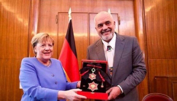 Edi Rama nderon me medalje kancelaren gjermane, Angela Merkel