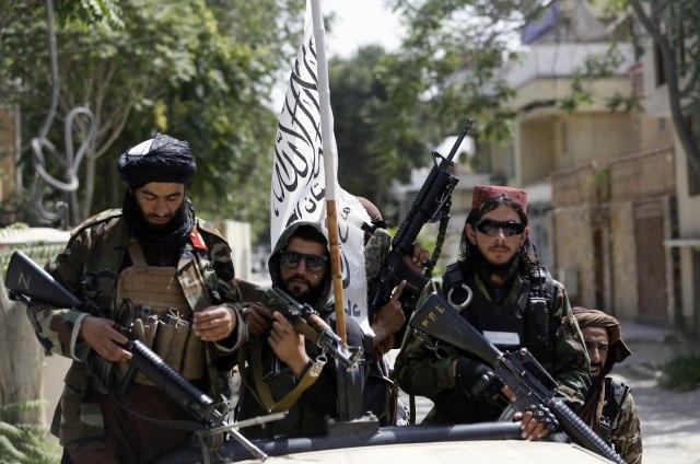 Berberët afganë në telashe: Burrat nuk rruhen më për shkak të talebanëve