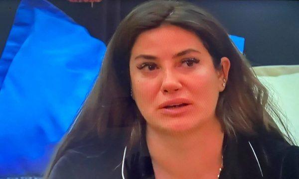 Arjola Demiri shpërthen në lot teksa tregon se u tradhtua nga bashkëshorti për gjashtë vite