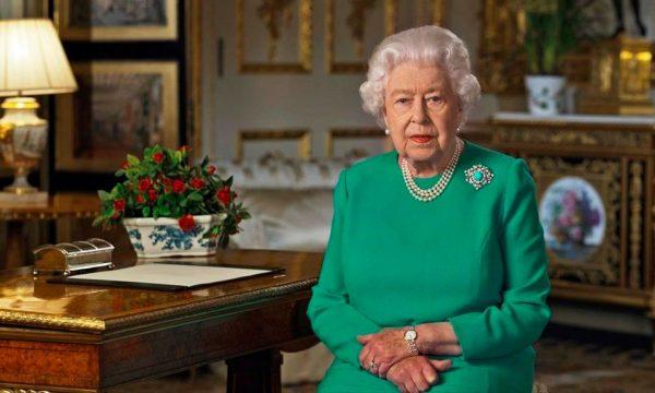 Mbretëresha Elizabeth shfaqet për herë të parë në publik me bastun